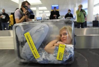 frau-im-koffer