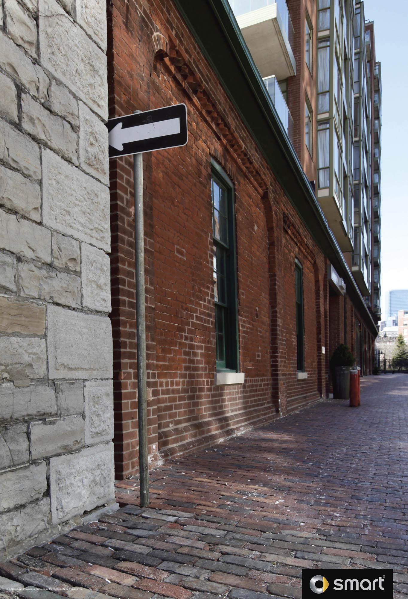 广告创意好好玩>smart小车的小巷路标广告设计!